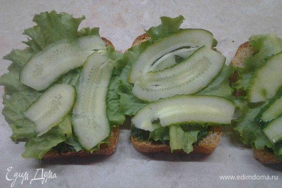 Огурцы порезать ленточками и выложить на салат.