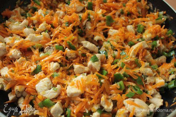 Добавить сначала нарезанную белую часть лука,помешивая ,обжарить 2 минуты,затем добавить морковь и еще обжарить, помешивая, 5 минут. Поперчить.
