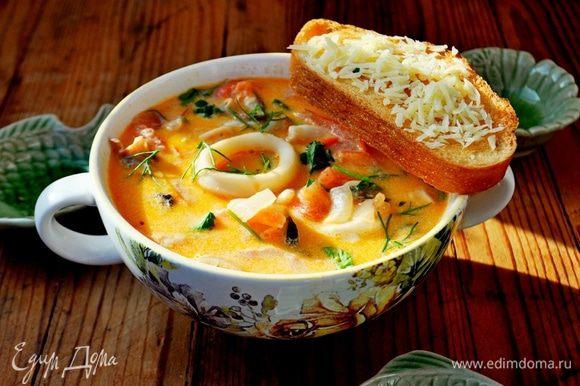 Багет или белый батон подсушить в тостере, посыпать зеленью и тёртым пармезаном. В порционную тарелку налить сливочный суп, подать с багетом. Приятного аппетита!