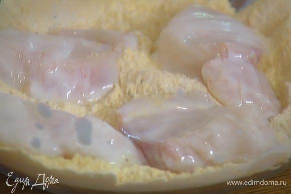 Рыбу нарезать небольшими кусочками, каждый кусочек опустить в кефир, а затем обвалять со всех сторон в муке.