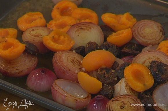 Томленый лук выложить на противень срезами вверх, сверху поместить курагу со специями и половинки свежих абрикосов, полить все вином, посолить и запекать в разогретой духовке до полуготовности лука.