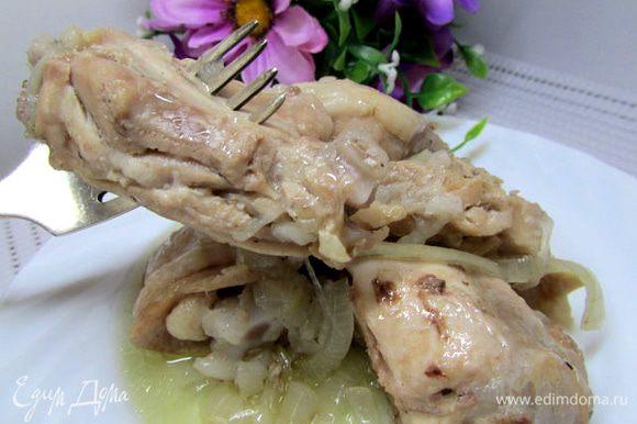 Курочку выложите на блюдо, подавайте с картофельным пюре, маринованными огурчиками и помидорчиками. А, вообще, гарнир может быть любым. Приятного аппетита!