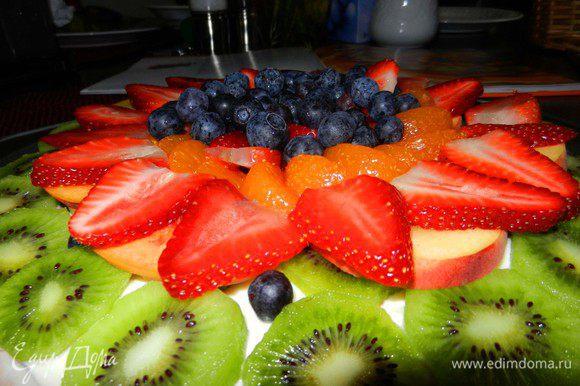 Распределите мягкие фрукты и ягоды (можно брать консервированные фрукты тоже) на ваше усмотрение, формируя красивый цветовой узор.