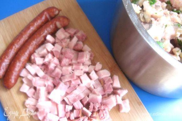 Дать грибам с луком немного остыть, добавить в фарш. Грудинку порезать кубиками, охотничьи колбаски почистить и порезать кружочками. Добавить к фаршу. Перемешать.