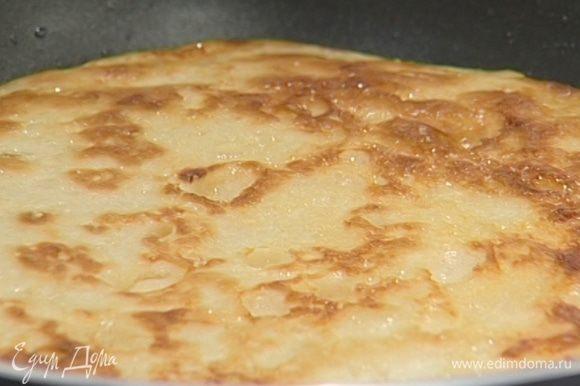 Разогреть в сковороде растительное масло и пожарить оладьи.