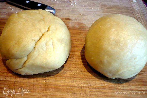 Сначала приготовим тесто. Для этого в емкости, в которой будем замешивать тесто, смешаем яйца (у меня крупные) и 1,5 ст.л. оливкового масла. Посолим, потихоньку, примерно по 80 г, начнем подсыпать муку, каждый раз хорошо перемешивая тесто. Может быть, вам понадобится чуть меньше муки. Выкладываем тесто на рабочую поверхность и доводим его до эластичного состояния. Если вы пересыпали муки, то добавьте при работе с тестом на рабочей поверхности немного воды (достаточно просто смочить руки) и оливкового масла (на ¼ часть теста — не более половины ч.л. масла). На фото видно, что часть теста справа раскатана достаточно хорошо, а слева — еще нуждается в вымешивании. Я поделила тесто на четыре части, так мне было проще с ним работать. Заворачиваем эластичное тесто в пищевую пленку и ставим минут на 15 в теплое место (у меня это духовка, нагретая до 50 градусов). Затем оставляем тесто отдохнуть минут 10 в прохладном месте.