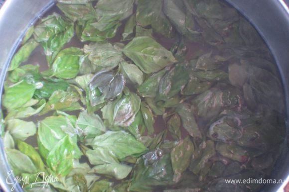 В кастрюлю насыпать сахар,залить водой и довести до кипения.Добавить базилик,лимонный сок,варить 30 секунд,затем снять с огня.