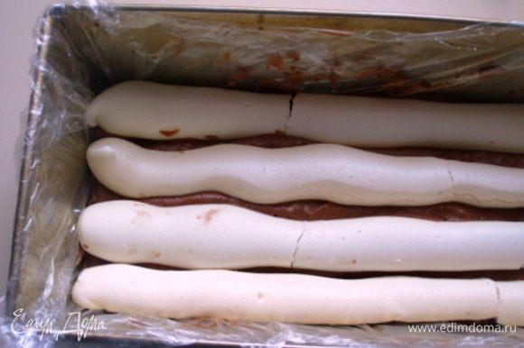 Далее чередовать крем и меренги, верхний слой-крем.