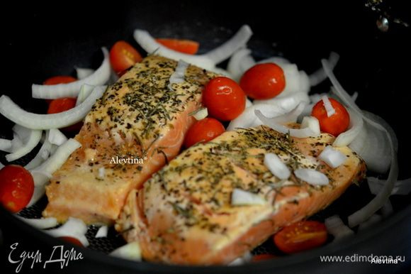 На сковороду вылить 1 стол.л масла, затем филе рыбы . Жарить 5 мин. Затем добавить сахар и 1 ст.л масла, лук и помидоры шерри. Готовить рыбу и овощи раз перевернув, до готовности.
