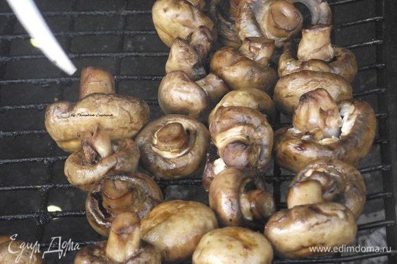 Шампиньоны готовятся довольно быстро. Следует лишь подождать 10-15 минут и вы сможете порадовать ваших гостей прекрасным вкусом запеченных грибов на мангале. Можно слегка поливать оставшимся маринадом. Подавать можно как гарнир к шашлыку, как закуску или как основное блюдо.