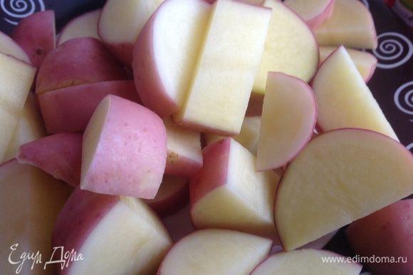 Картофель помойте щеткой и порежьте.