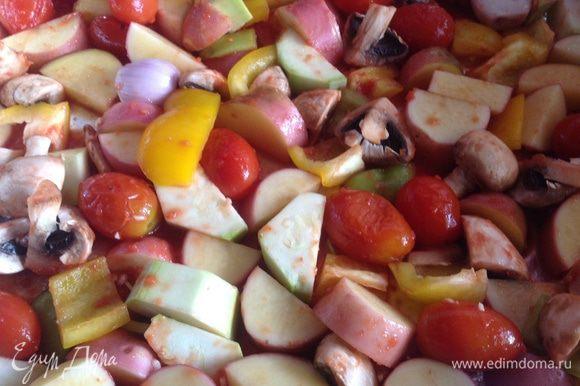 Выложите овощи (вместе с томатами и соком) на противень застеленный фольгой, посолите, приправьте листиками тимьяна, аккуратно перемешайте.