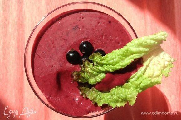 Для соуса стакан смородины измельчим в блендере, соединим с остальными ингредиентами. Подробнее про соус можно посмотреть в этом рецепте http://www.edimdoma.ru/retsepty/67532-sous-iz-chernoy-smorodiny-vitaminnyy.
