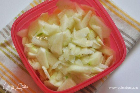 Яблоки и груши нарезать ооочень тонкими пластиночками.