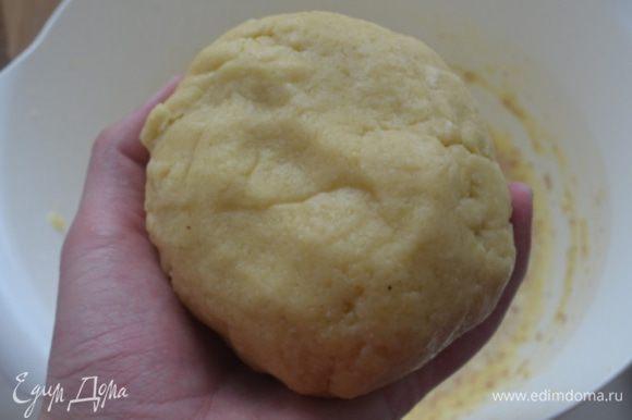 Шар завернуть в пищевую пленку и убрать в холодильник на 20-30 минут.