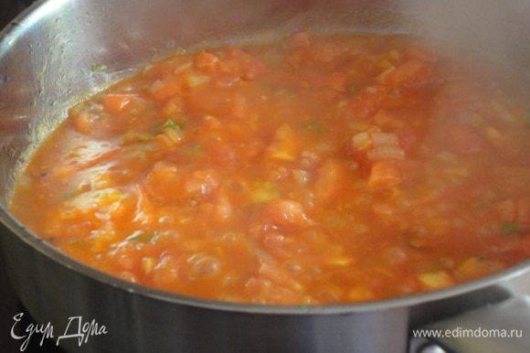 3. Лук и чеснок очистить, мелко нарезать. Перчик чили (у меня зеленый, не нашла красный) очистить от семян и измельчить. На другой сковороде разогреть оставшееся масло, обжарить лук и чеснок до мягкости, добавить чили. 4. Если у вас консервированные помидоры, то их надо размять вилской и выложить в сковороду вместе с соком. Я решила использовать свежие помидоры - 2 больших, примерно 600 г. Очистила их от кожицы (с помощью кипятка) и нарезала мелкими кубиками и добавила 2 ст. ложки острого томатного соуса. Помидоры добавить к луку и тушить 3 минуты.