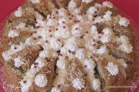 Белковым кремом украсить торт. Посыпать тертым белым шоколадом. Я еще украсила сахарными бусинками.