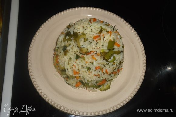 Морковку чистим и режем средним брусочком. Кладем в разогретую кастрюлю с маслом и обжариваем. Лук чистим и режем полукольцами и добавляем в кастрюлю, перемешиваем обжариваем.