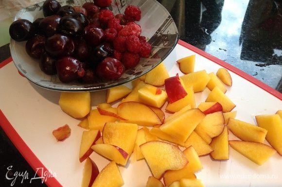 Подготовьте фрукты и ягоды: помойте, если требуется удалите косточки, крупные нарежьте на кусочки.