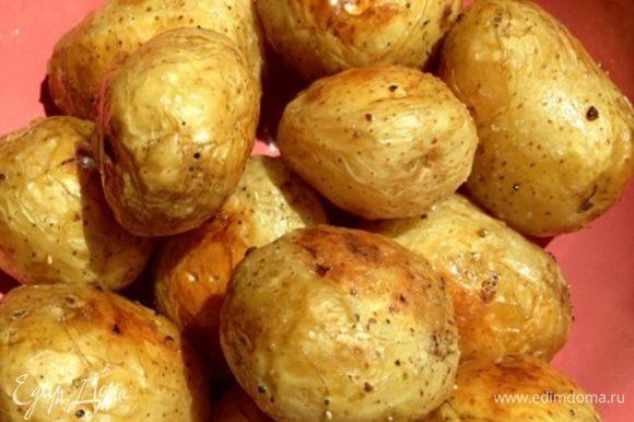 """Выкладываем картофель на противень, застеленный пергаментом/фольгой, и отправляем в разогретую духовку до готовности. Во время запекания перевернем картошечку, чтобы равномернее """"золотилась"""". Время готовки зависит от размера картофеля. У меня оно заняло 35 минут. Вот такие ароматные печеные клубни получаем в итоге. Уже хочется кушать, я не удержалась и утащила одну....."""