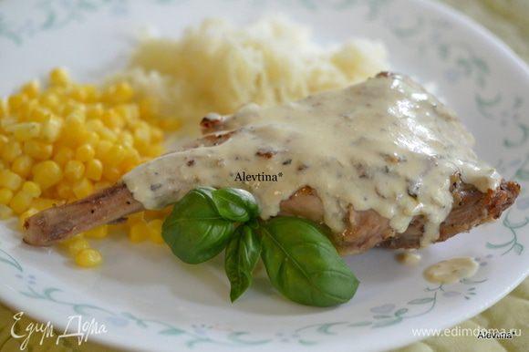 Подаем кролика с гарниром и под соусом, со свежими листьями базилика. Приятного аппетита.