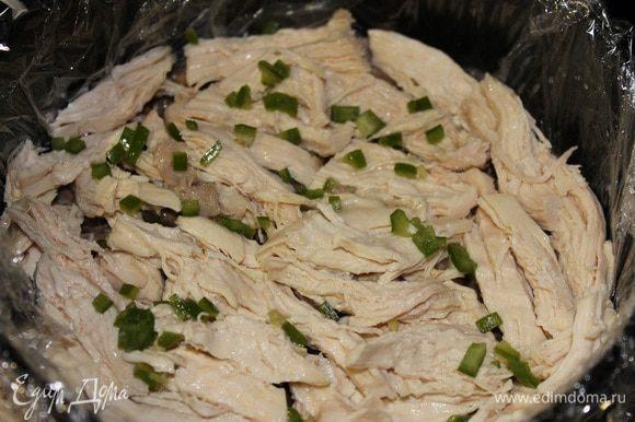 Далее кладем куриную грудку и посыпаем острым перцем..