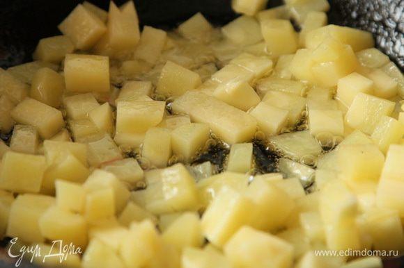 чистим картофель, свёклу, лук. Картофель нарезаем мелким кубиком, припускаем на растительном масле в сковороде, накрываем крышкой и готовим 3-4 минуты.