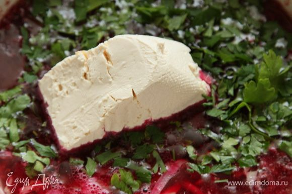 Даем супу немного остыть. В это время натираем на крупной терке козий сыр, нарезаем зелень, в моем случае петрушка и кинза. Добавляем в суп козий сыр, зелень и крем-сыр (сыр Фета, плавленый сыр, можно копченый) и пюрируем. Суп готов. Можно подать суп с карамелизированным чесноком. Количество бульона регулируйте тем, какой густоты вы хотите получить суп.