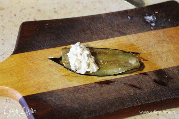 Теперь берем две пластинки баклажана, на край кладем начинку из сыра и сворачиваем рулетом.