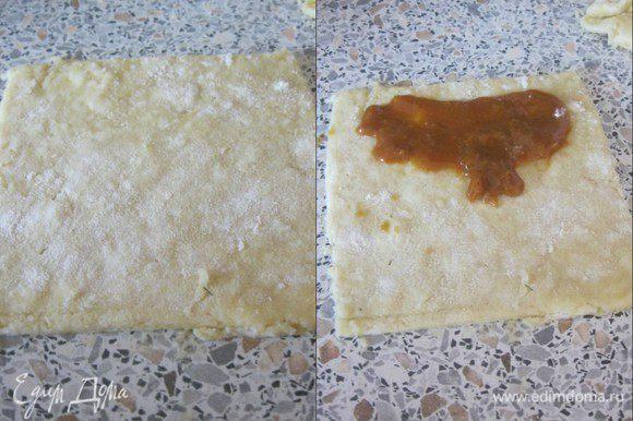Раскатать тесто, толщиной 3-5 мм. Нарезать на квадраты - 8 х 8 см. На каждый квадрат выложить начинку. * Начинка, может быть любая)
