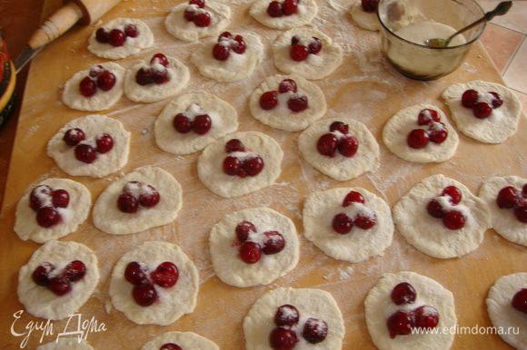 Из вишни удалить косточки, раскатать тесто и положить начинку в центр, присыпать сахаром, залепить. Начинка может быть любой (и из малины).