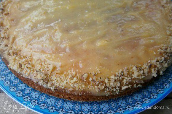 Накрыть вторым коржом, смазать сверху оставшимся кремом и присыпать молотыми орешками. Дать пирогу пару часов настояться и можно подавать.