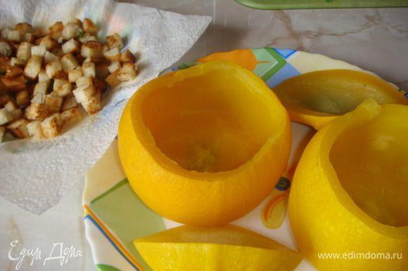 Кабачки очистить от середины, если есть семечки крупные удалить. Отварить 15 минут. Очистить картофель, помидор ошпарить и снять кожицу все порезать и отварить вместе с кабачком 15 минут, вода должна только чуть прикрывать овощи (в итоге бульон нам понадобится примерно 1.5 ст.), пюрировать блендером, положить 2 ст.л. плавленого сыра, зелень порезанную, соль по вкусу и перемешать.