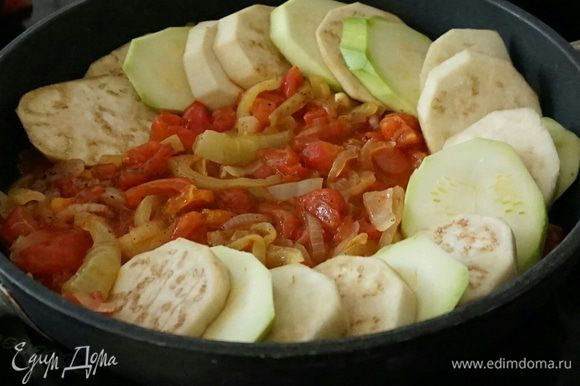 Далее овощи выложить в форму, чередуя их.