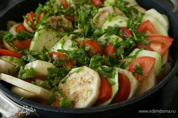 Сверху полить растительным или оливковым маслом. Посолить, поперчить добавить специи и зелень.