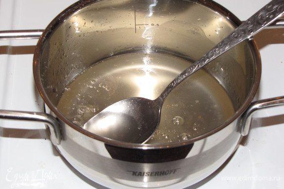 Соединить в сотейнике сахарную пудру и 4 ст. л. воды. Сварить густой сироп.