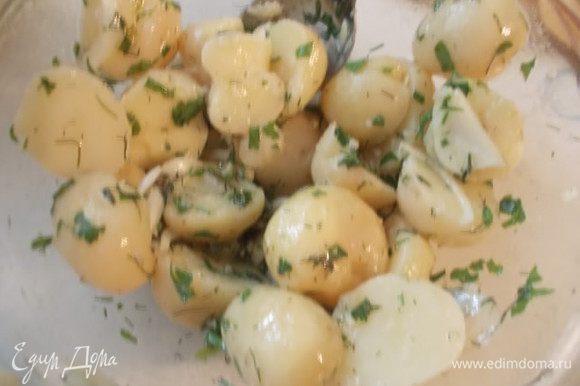 Отправить заправку к картофелю и хорошо перемешать.Затем выкладываем сверху кусочки сельди и подаем к столу.