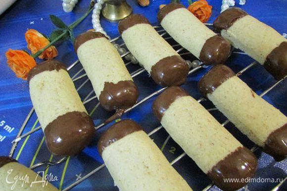 Оба конца печенья обмакнуть в шоколад и выложить на решетку.