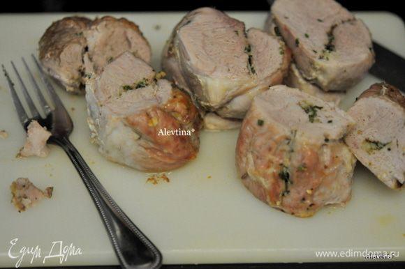 Готовое мясо достанем из духовки, дадим постоять 10 мин. Снимем нити. Разрезаем на порции.