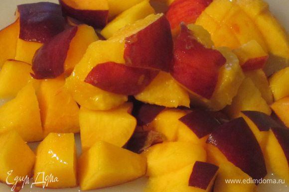 Крем:Персики нарезать небольшими кусочками.