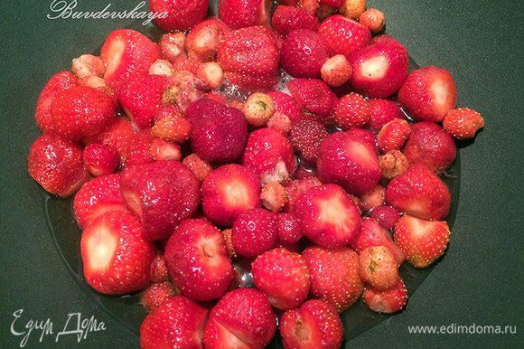 В емкости для варки варенья вскипятить воду, поместить в нее ягоды. Варить при сильном кипении минут 15, постоянно снимая пену.