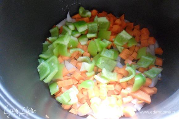 """Очистить репчатый лук. Вымыть и очистить морковь и болгарский перец. У перца удалить семенную коробочку. Нарезать овощи кубиками. В чашу мультиварки налить растительное масло, выложить овощи, включить режим """"Выпечка/Жарка"""" и готовить 3 - 5 минут при открытой крышке помешивая."""