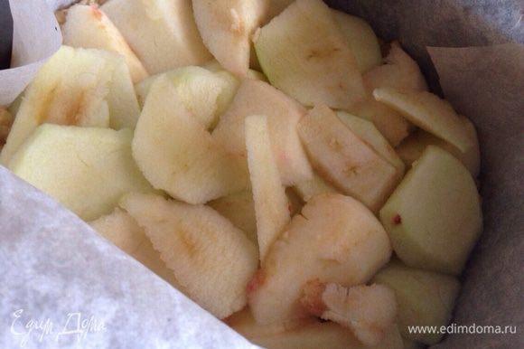 Тем временем яблоки очистить и нарезать тонкими дольками.Вынуть форму и распределить яблоки по поверхности теста.
