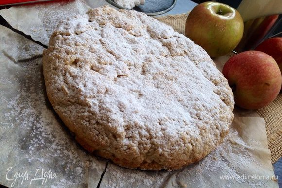 Готовому пирогу дать полностью остыть,посыпать сахарной пудрой и подавать к столу!