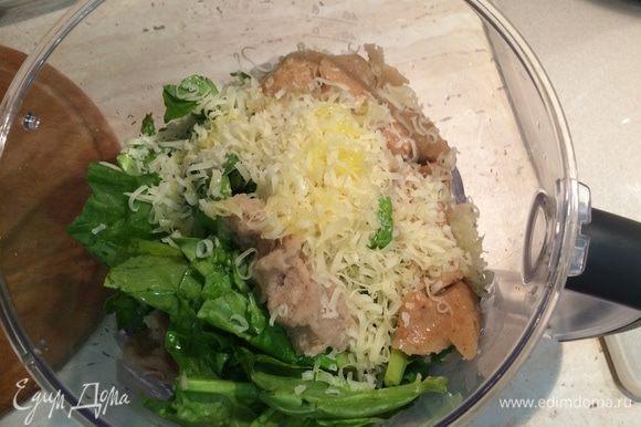 Приготовить зеленый соус. для этого хлеб поломать на кусочки и замочить на 5 минут в тепловой воде, затем отжать. Чеснок почистиить и измельчить. Взбить в блендере листья петрушки, шпината, отжатый хлеб, 2 зубчика чеснока, тертый пармезан, 2 ст.л. оливкового масла.
