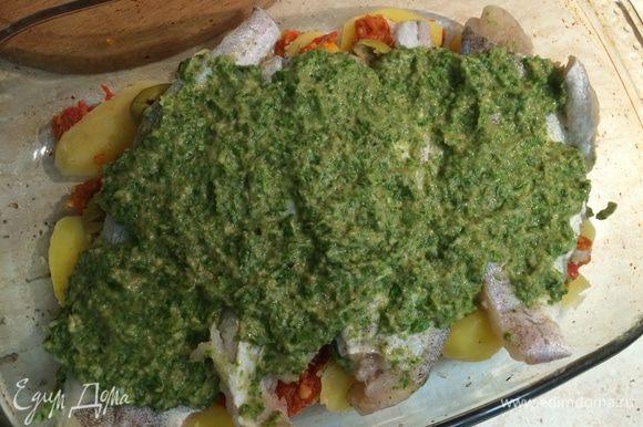 Каждое филе трески смазать зеленым соусом и вылодить поверх картофеля и оливок. Присыпать панировочными сухарями и сбрызнуть оливковым маслом. Запекать в разогретой духовке 15-20 минут.