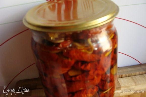 Вяленые помидорки в масле можно купить в магазине, но лучше приготовить самим. http://www.edimdoma.ru/retsepty/59873-vyalenye-pomidorki
