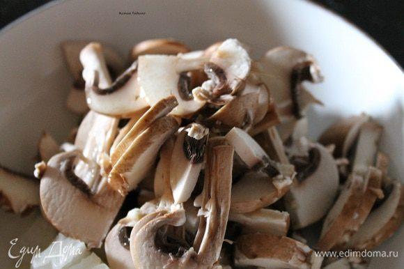 Разрезать каждый гриб пополам, а потом тонкими пластинками. Сложить к луку в сковородку, добавить 3 ст.л. растительного масла. Обжарить до слегка золотистого цвета.