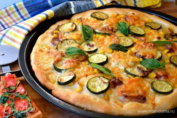 Готовую пиццу посыпать листиками свежего базилика!