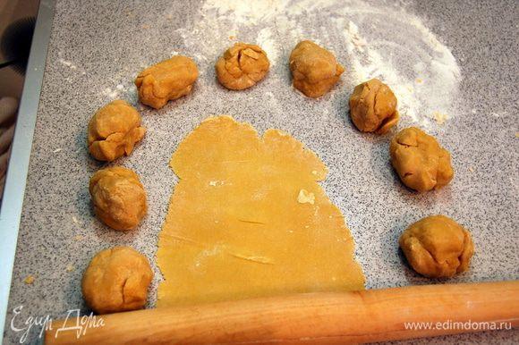 Готовое тесто делим на 15 шариков.